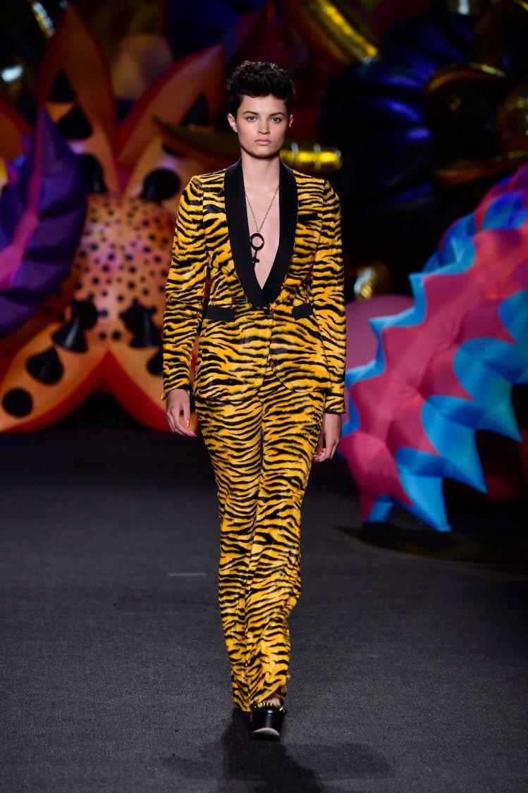 卡拉迪樂芬妮在廣告中穿的是Moschino早春系列服裝。圖/Moschino提供
