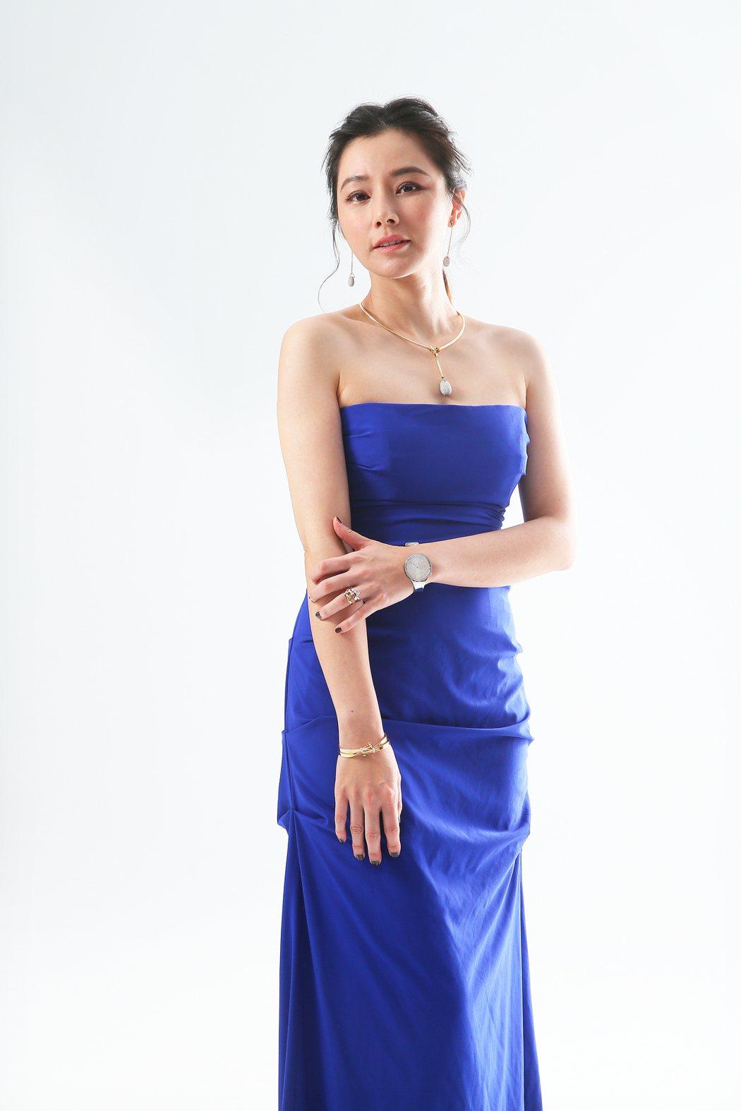陳怡蓉穿Nicole Miller藍色洋裝搭配喬治傑生的DEW DROP、TOR