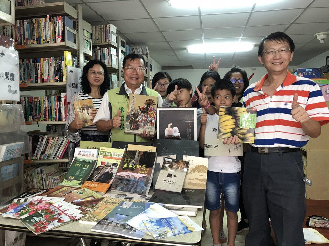 南投縣議員陳昭煜(左2)募集一批圖書捐贈給同富村圖書室,讓孩子有更多圖書可以閱讀...
