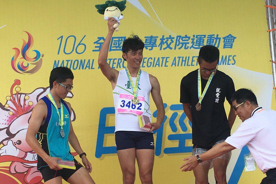 吳易穎(左二)全大運最終戰終於一圓金牌夢。 記者曾思儒/攝影