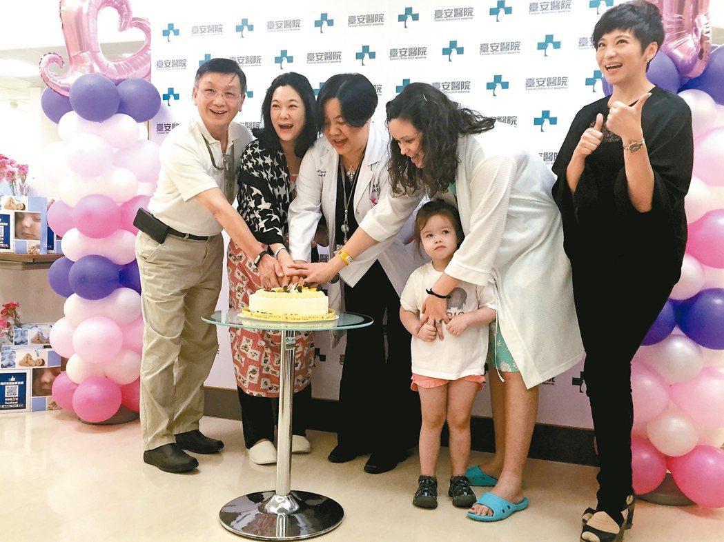 台安醫院舉辦母親節感恩獻禮,由婦產科醫師林珮瑩(中)和新手媽媽、台安第一位出生的...