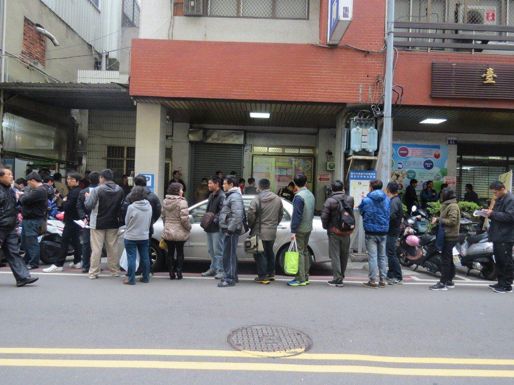 台中市東區戶政事務所舉辦未婚聯誼,報名者大排長龍。 圖/北區戶政所提供