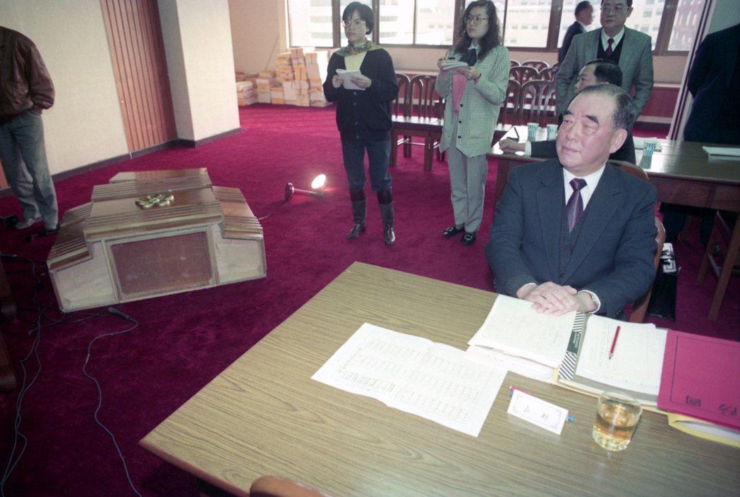 1990年3月7日,郝柏村在立法院上台答詢後,陳水扁氣到將主席台兩側發言台掀翻,...