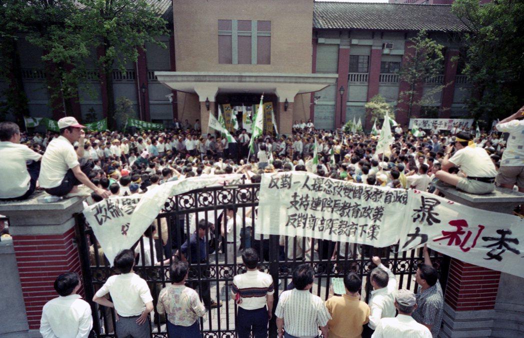 1993年5月7日,聲援民進黨立委陳水扁、蘇煥智與支持林明義、韓國瑜的兩方群眾,...