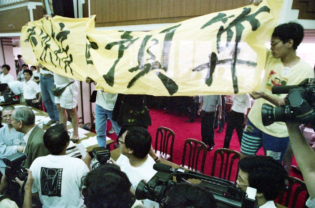 1993年6月23日,立法院表決民進黨立委翁金珠等人所提「核四預算再凍結案」時,...