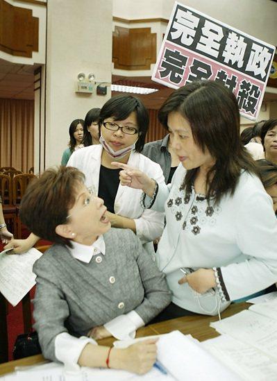 2008年10月22日,民進黨立委管碧玲(右)等人,因不滿無法提案抗議癱瘓議事,...