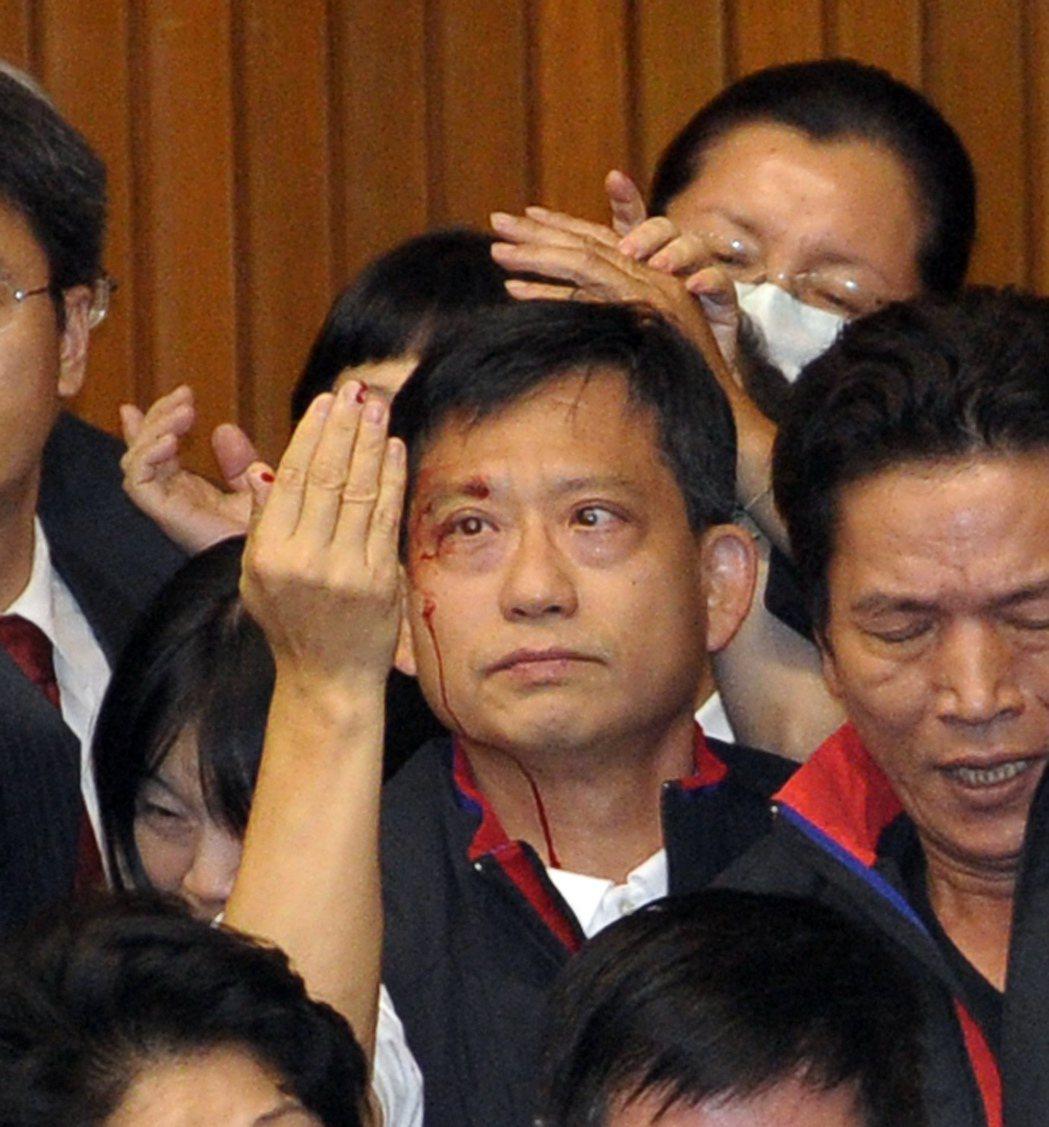 2010年7月8日,立法院召開臨時會審ECFA及配套法案時,國民黨立委吳育昇被計...