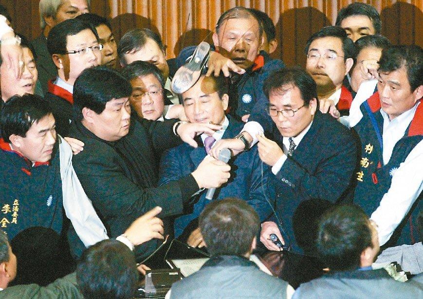2007年1月19日,立法院表決中選會組織法,朝野都發出甲級動員令,民進黨立委王...
