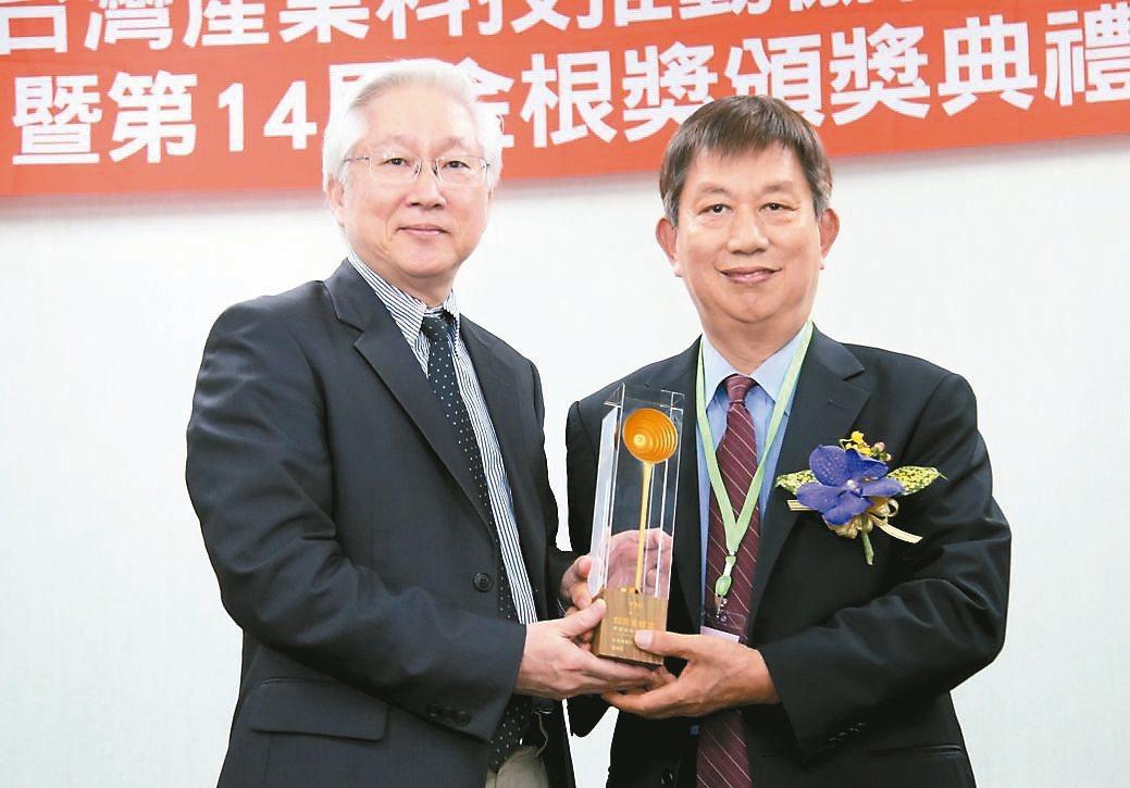 政務委員吳政忠(左)頒發第14屆金根獎獎座給寶健科技總經理徐水。 毛洪霖/攝影