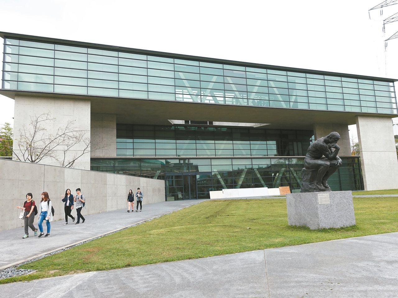 亞洲大學現代美術館採用大量玻璃構造。