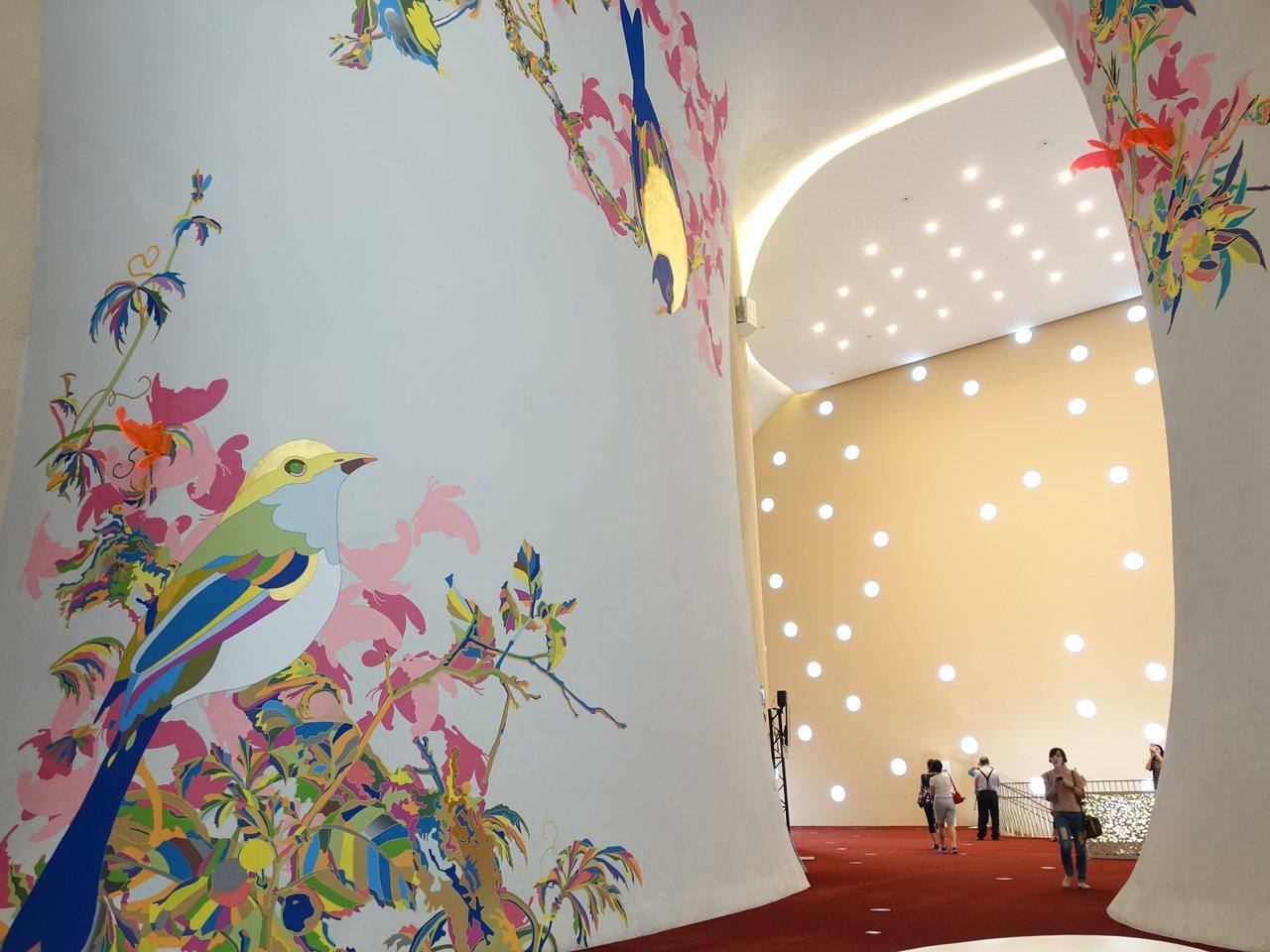 國家歌劇院二樓以「翩翩」主題,用圖體翻轉方式,透過蝴蝶翅膀呈現工作人員的側臉,作為紀念與感謝。