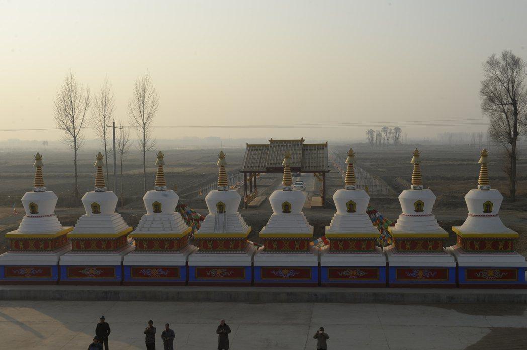 藏傳佛教在蒙古高原上興盛,連帶也把藏醫的知識體系帶入。圖為拉僧廟的佛塔,建於16...