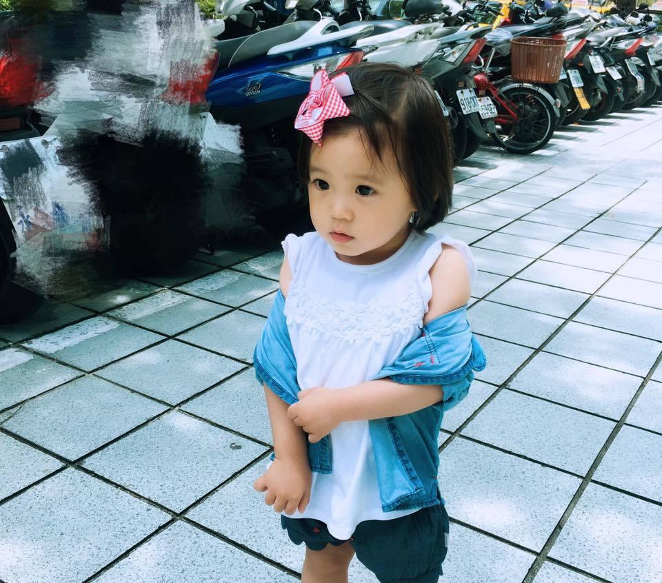 修杰楷還曝光了張咘咘小露香肩的照片。 圖/擷自臉書。