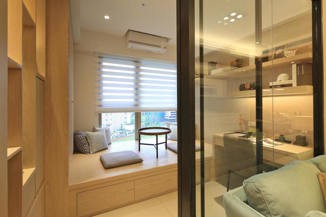 書房採用白色的調光捲簾,讓室內呈現輕盈又自然的光感,也兼具了遮蔽隱私的功能。 皇...