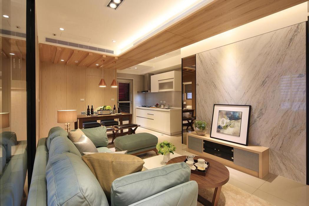 客、餐廳及廚房為連成一線的開放性格局。 皇翔御花園/提供