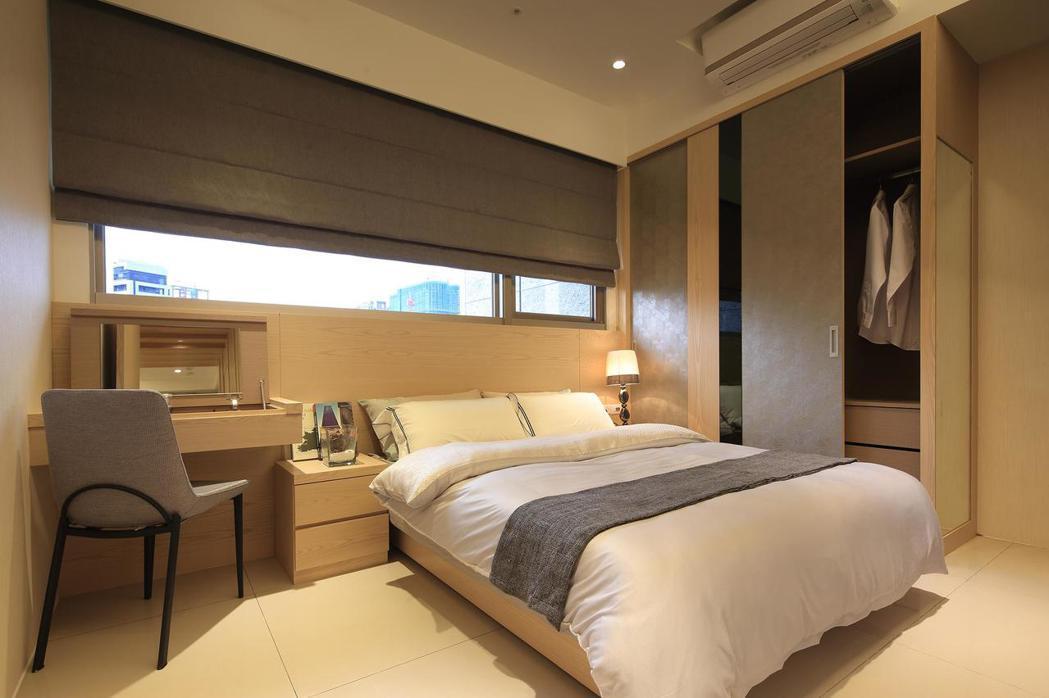 主臥室搭配灰色系皮革板跟黑色鏡面的線條造型。 皇翔御花園/提供