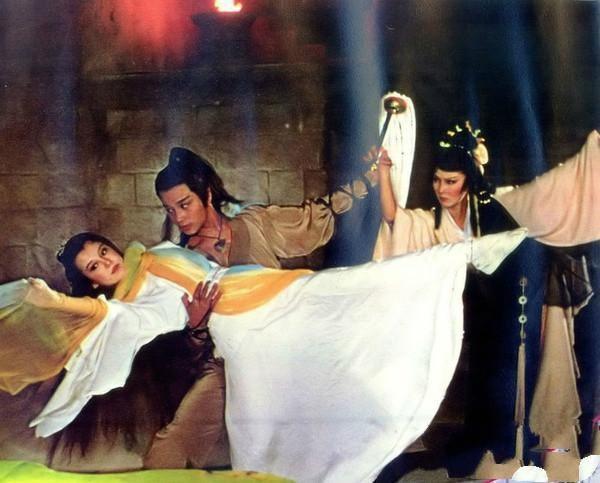 翁靜晶(左起)、張國榮、恬妮在「楊過與小龍女」的打鬥場面。圖/摘自pushme