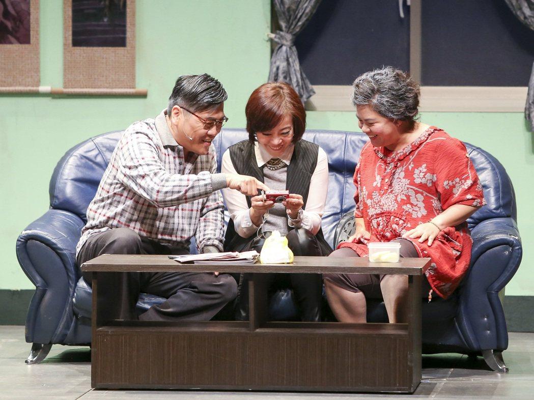 道出台灣現今三明治世代壓力,情節觸動人心。圖/劇團提供
