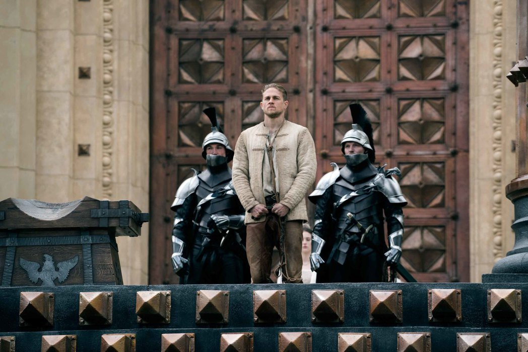 查理漢納主演「亞瑟:王者之劍」有極為濃厚的蓋瑞奇電影風格。圖/華納兄弟提供