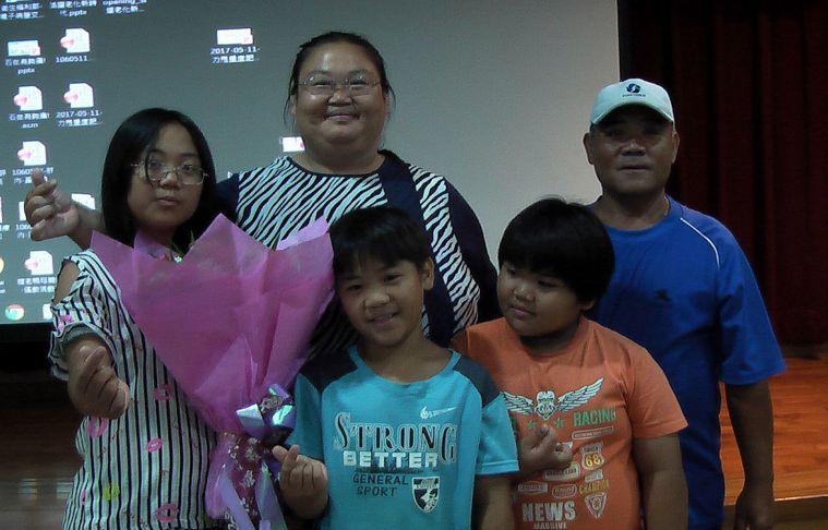 陳淑芬(左二)為3個可愛的孩子和先生,接受微創胃繞道手術,努力減重。記者徐如宜/...