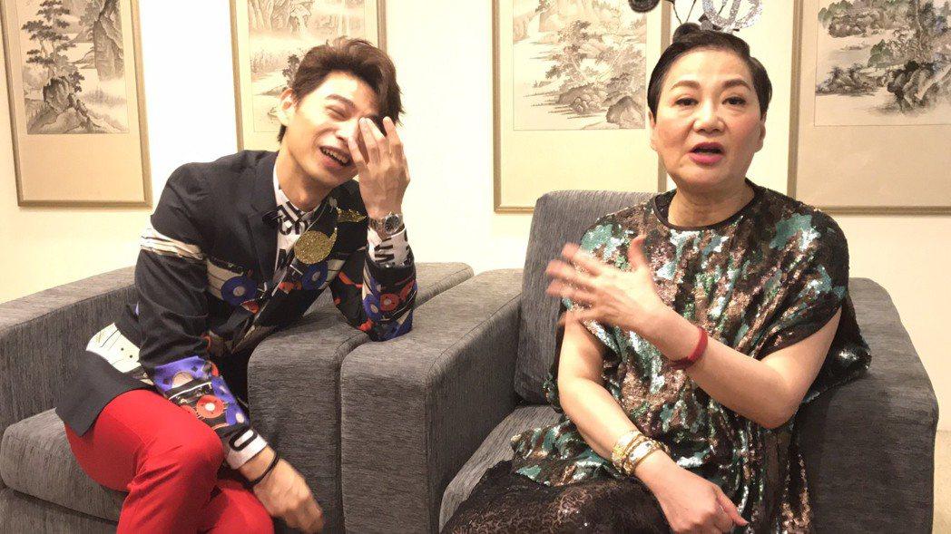 張小燕(右)和阿Ken互動自然有趣,讓聯訪記者大笑。記者葉君遠/攝影