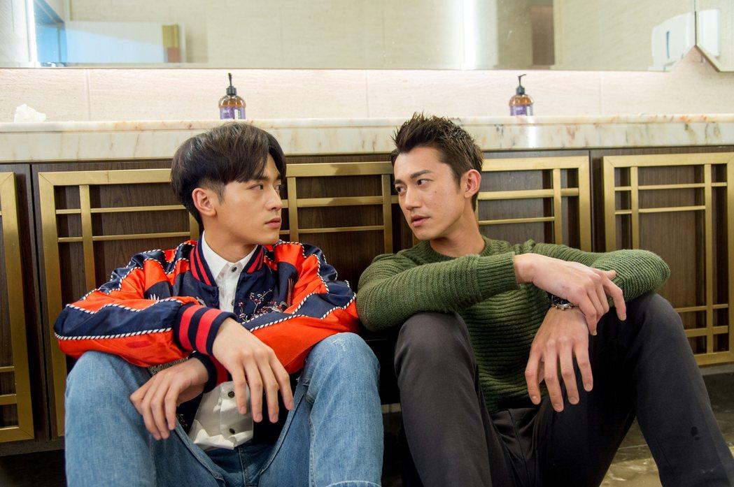 吳慷仁(右)與小樂在廁所談判  圖/三立提供