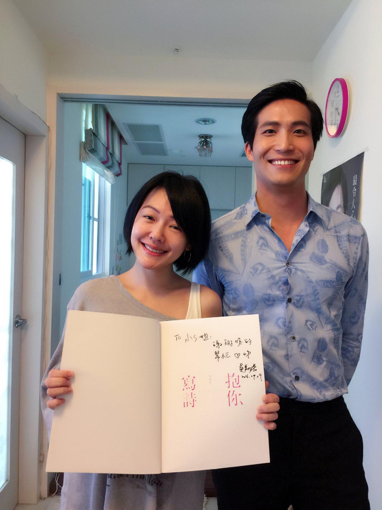 吳翔震(右)出寫真書時小S為他寫序還宣傳。 圖/李韶明提供