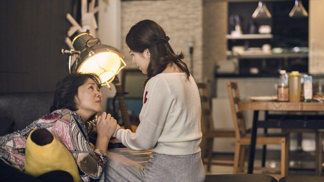 王琄(左)在「偽婚男女」中面臨兒女都是同志,竟以死相逼。圖/三映電影提供