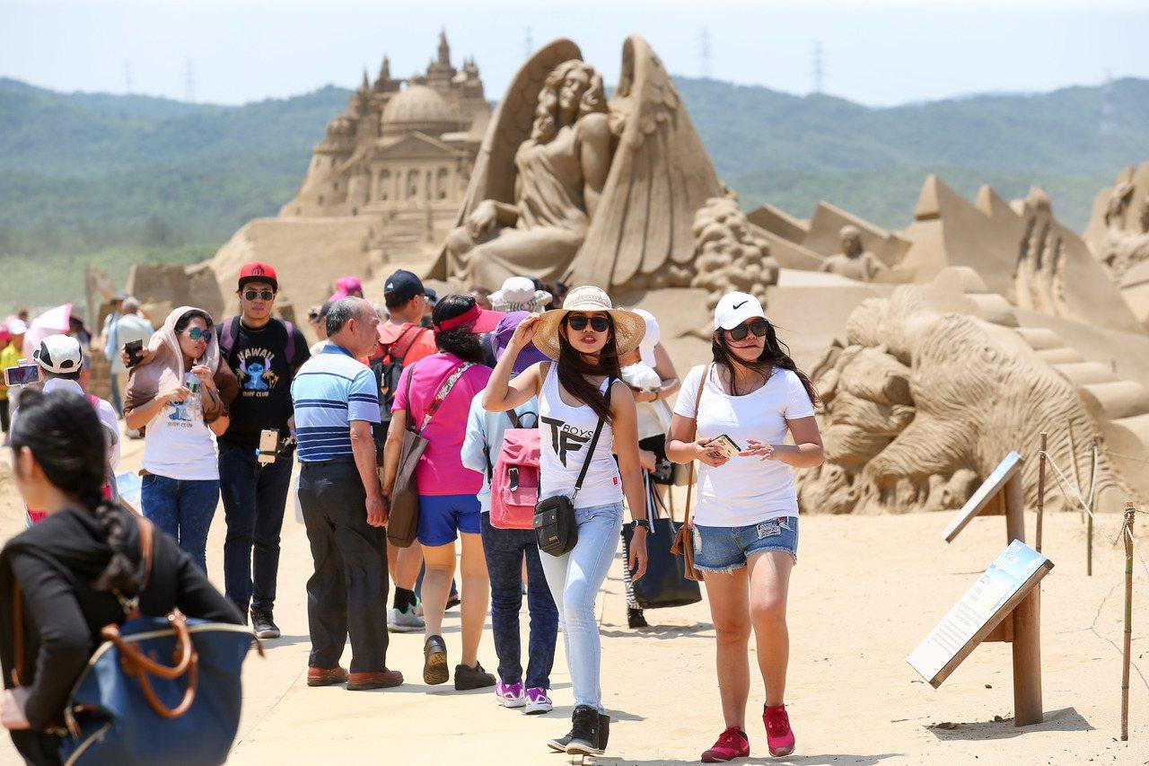 「福隆沙雕藝術季」今年邁入第10屆,吸引不少中外遊客到場參觀。記者王騰毅/攝影