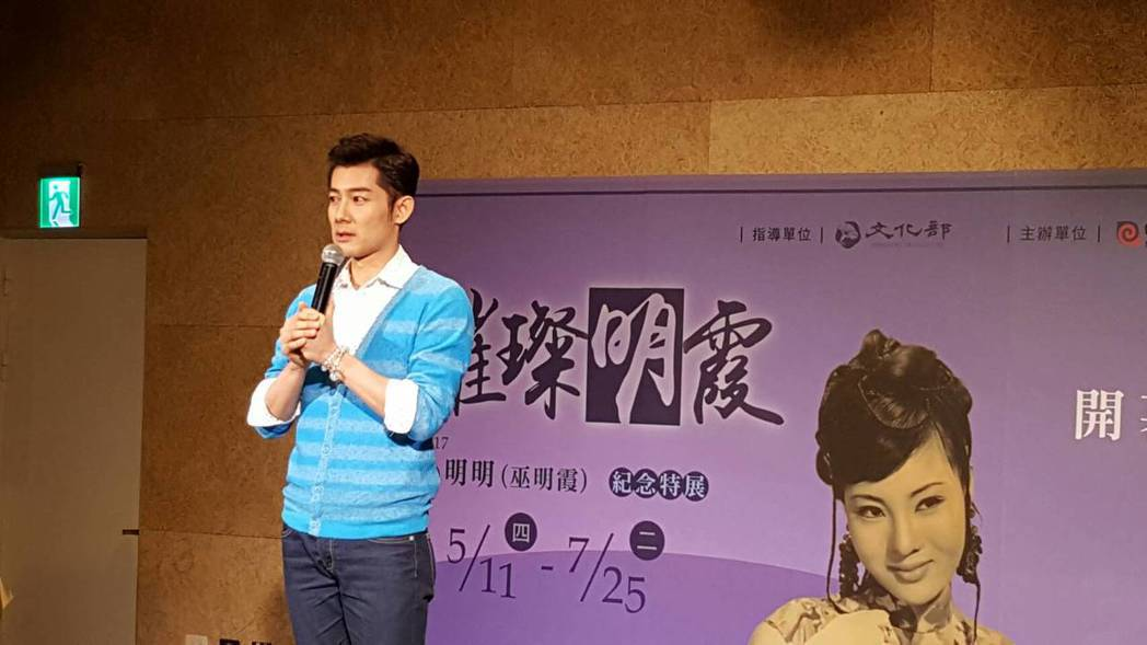 施易男為媽媽小明明舉辦紀念展,致詞時忍不住落淚。記者杜沛學/攝影