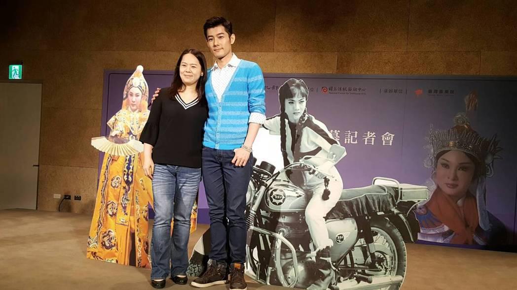 施易男(右)與姊姊施怡如出席媽媽小明明紀念展開幕記者會。記者杜沛學/攝影