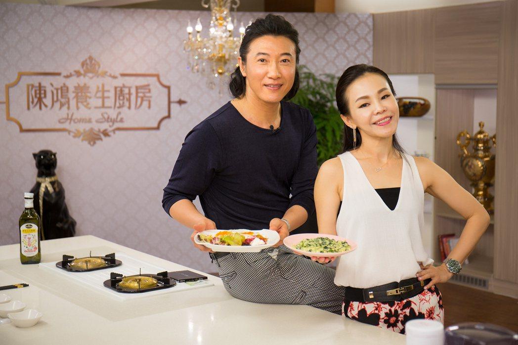陳鴻(左)主持東風「陳鴻養生廚房」,右為彭佳慧。圖/東風提供