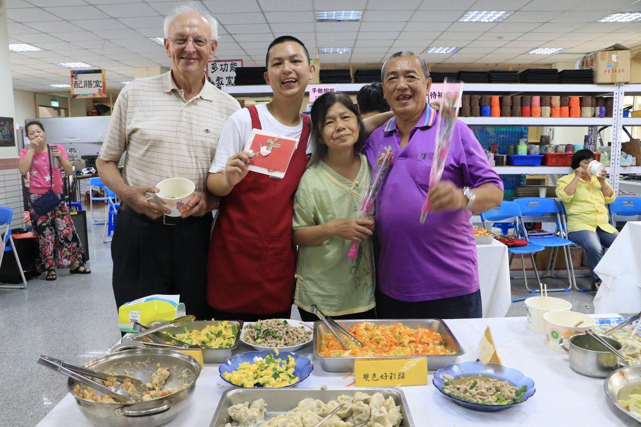 小聖(左二)今天化身主廚,與智青們端上餐點,讓辛苦照顧他的祖父母(右一、右二)好...