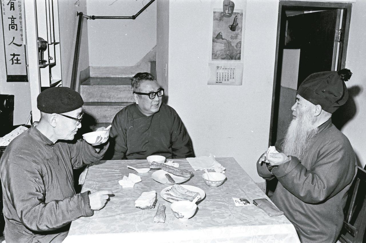 圖五:1978年冬,張大千(右起)、臺靜農、莊嚴三位老友在大千義弟張目寒先生家吃...