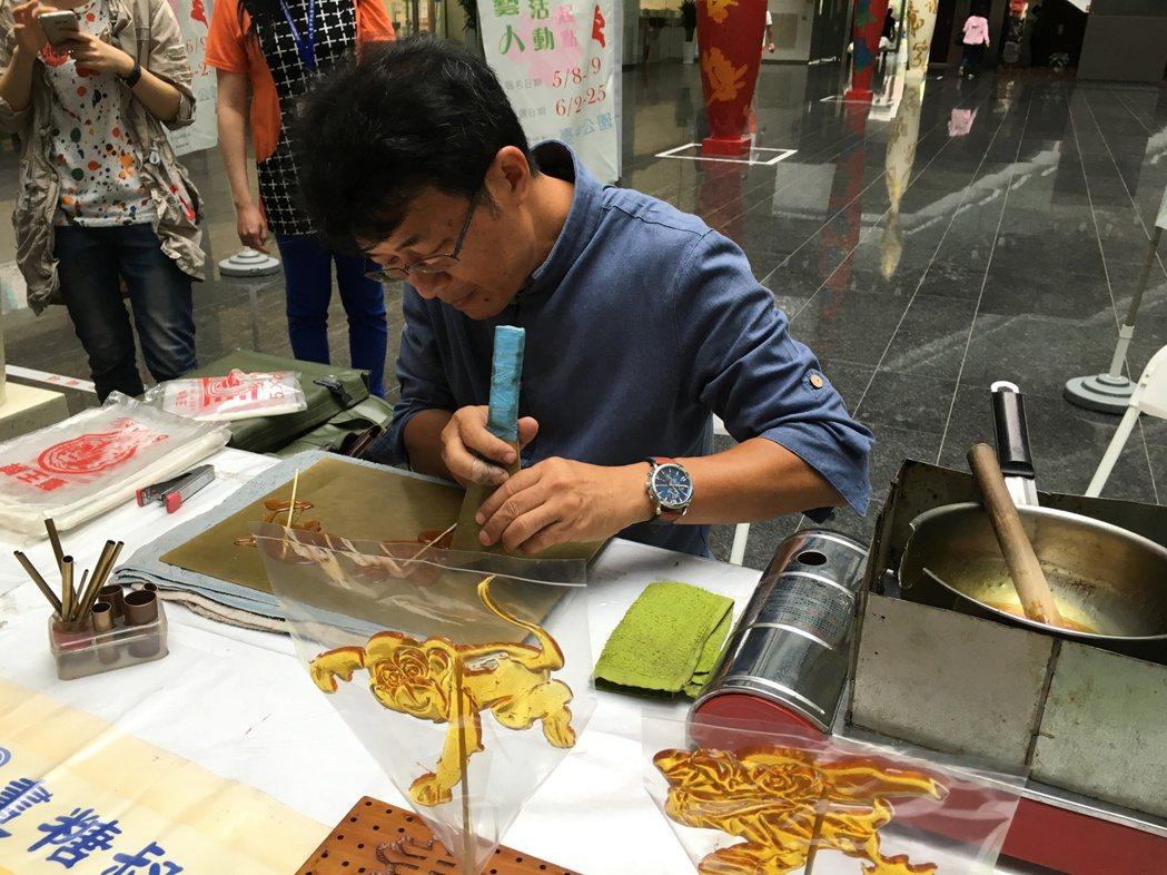 台中市文化局宣傳街頭藝人甄選,邀請畫糖師謝永清現場創作。 記者喻文玟/攝影