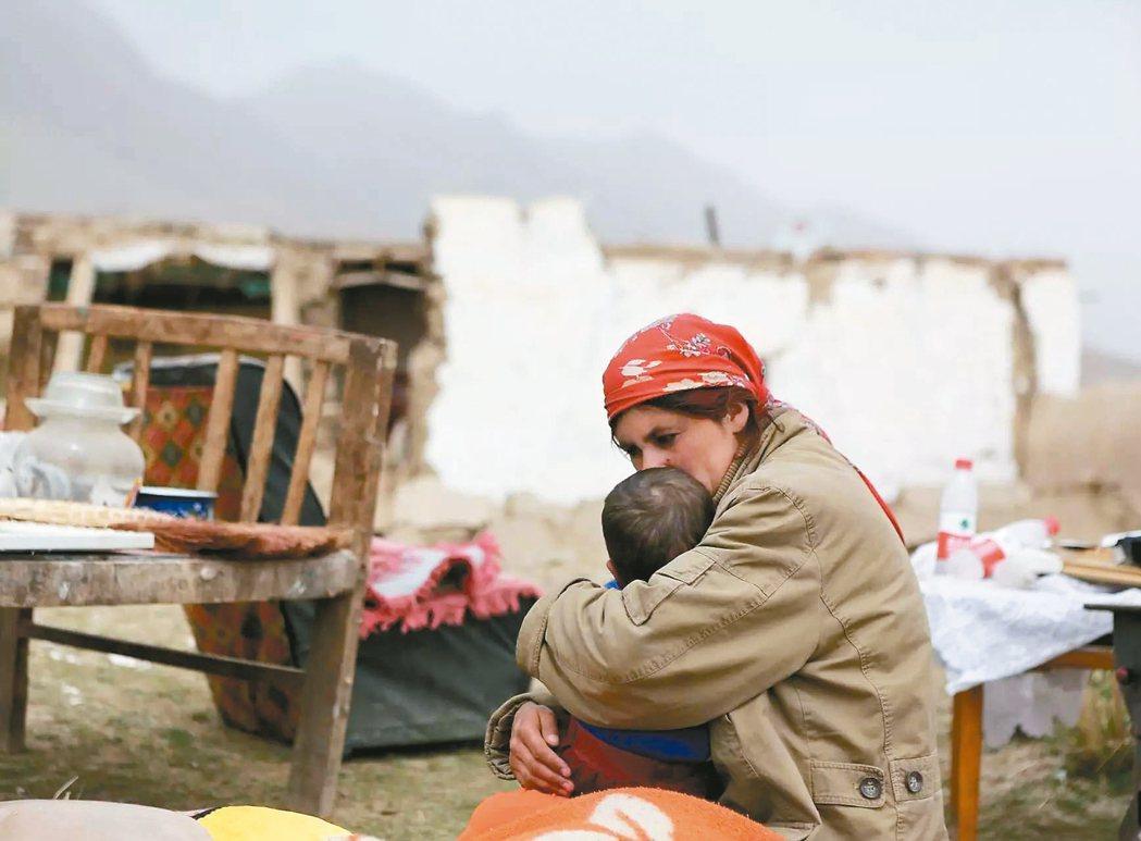 大陸新疆喀什地區塔什庫爾干縣地震,一千五百廿間土坯房屋全部倒塌。(圖/新華社)