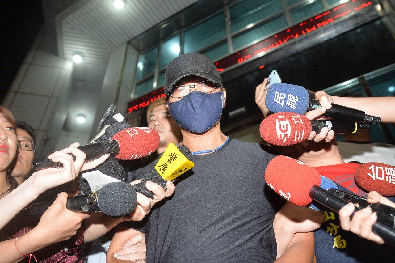 逃脫的性侵假釋犯蕭國昌(中)11日下午5時在台北市萬華區1間旅館落網,帶回中山分...