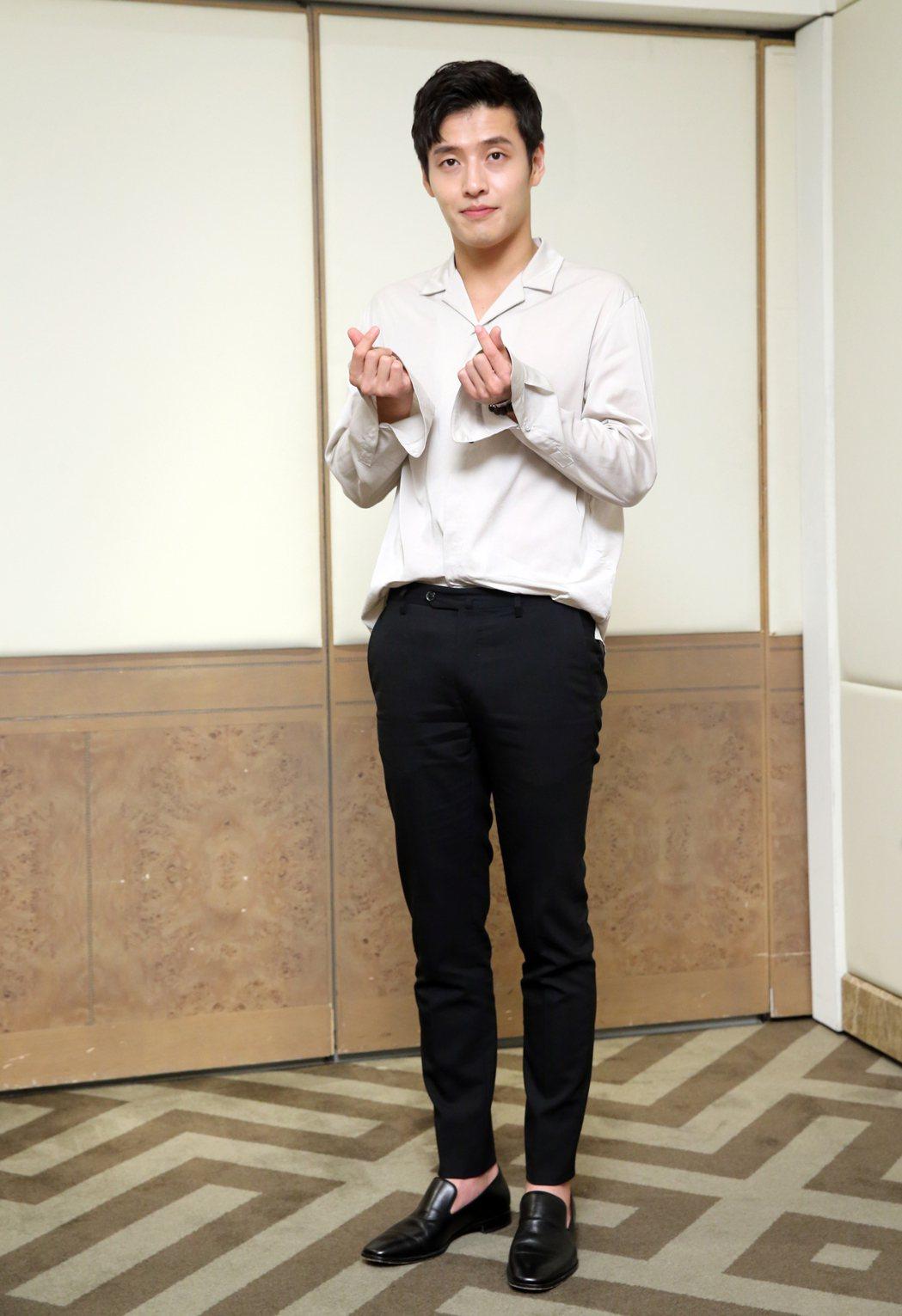 韓星姜河那來台會粉絲,樂觀的他在接受媒體聯訪時,不時對鏡頭前開心的大笑、揮手,並...