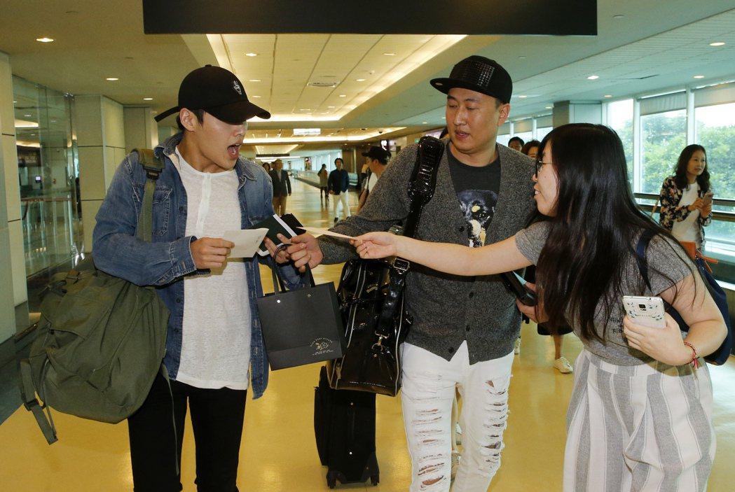 韓星姜河那中午搭乘OZ-711班機抵達桃園機場第2航廈,雖然飛機比預定的晚半小時...