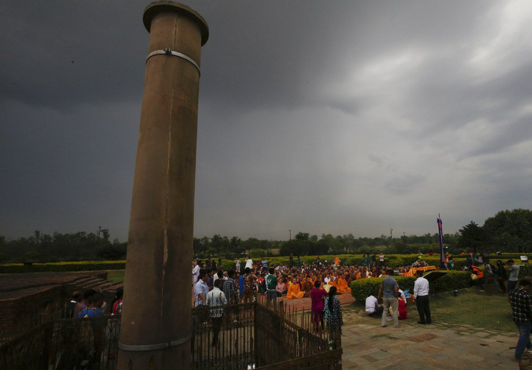 藍毗尼的空汙嚴重到連用以標示佛祖誕生地的「阿育王柱」也遭殃。 圖/取自網路