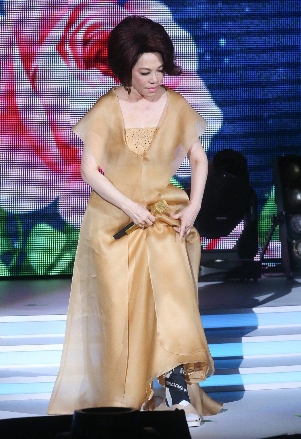 蔡琴「百萬精華」演唱會,今晚在台北國際會議中心開唱,由於日前腳部不慎受傷,蔡琴還...