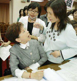 2008年10月民進黨立委管碧玲(右),因不滿無法提案抗議癱瘓議事;與國民黨立委...