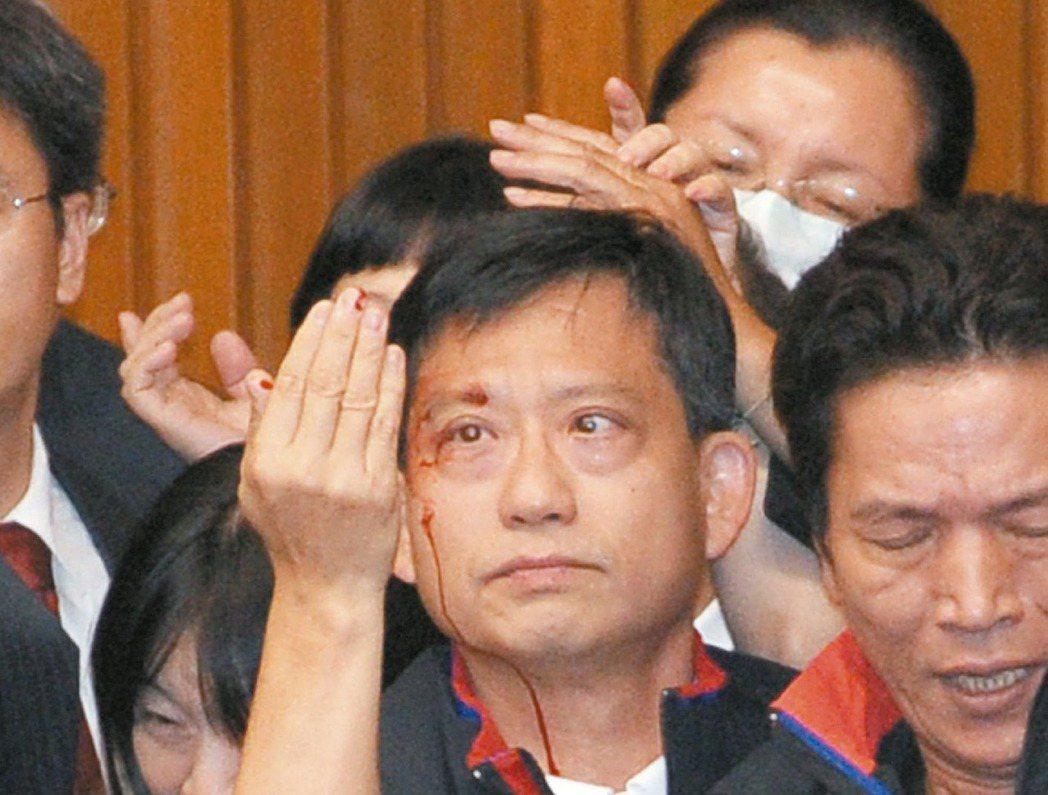 2010年立法院召開臨時會審ECFA及配套法案時,國民黨立委吳育昇被計時器直接打...