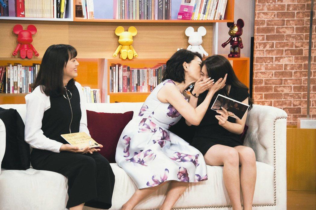 演員張瓊姿親吻大女兒郭思瑜(Joanne),左為小女兒郭思維(Susan)。 圖