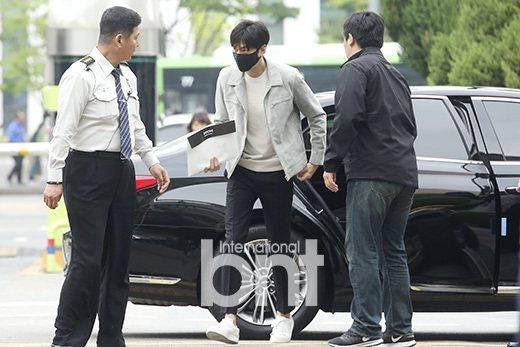 李敏鎬到首爾江南區廳報開始服替代役。 圖/Bntnews提供