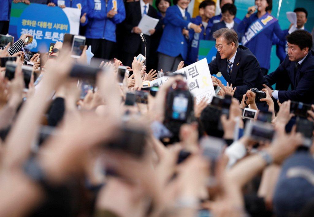 本次總統選舉,候選人不約而同地提出多項主打年輕人的政策。 圖/路透社