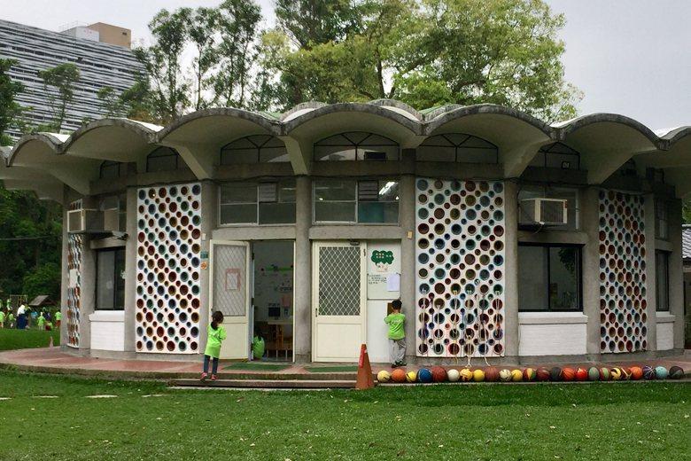 50多年前美籍人士柯柏夫人捐贈的愛德幼兒園,迄今仍具現代生活機能,孩童們在園區中...