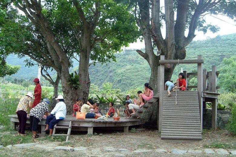 原住民部落小學校園沒有都市制式化的遊具,而可見老樹、手作漂流木平台,孩童與部落阿...