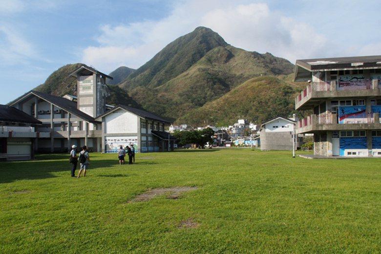 蘭嶼國中的戶外休憩空間與海天銜接,學生每日接觸的就是大地之美,即使不放任何裝置藝...