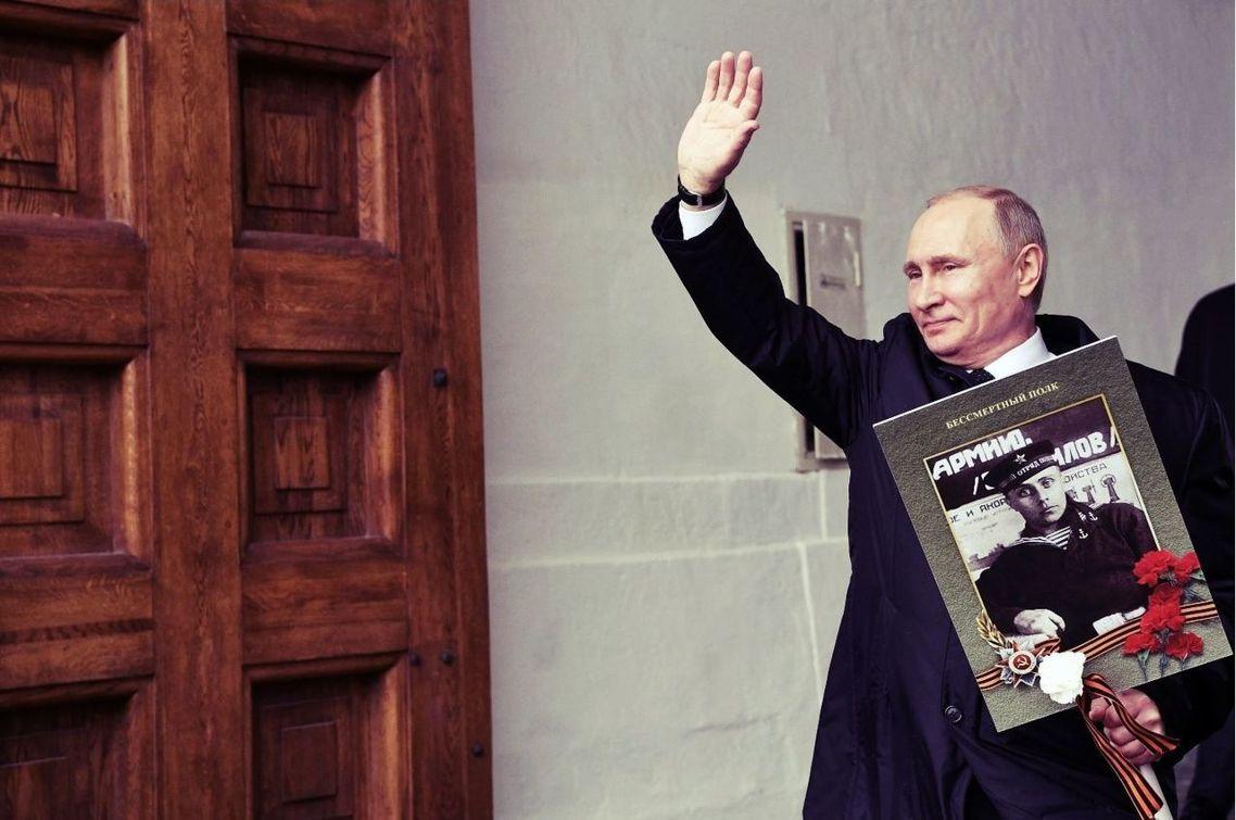 2017年勝利日,「不朽軍團遊行」中,舉著父親戰時舊照的俄羅斯總統普丁。 圖/路...